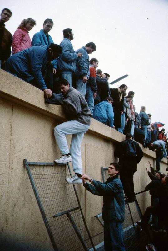 Fiatalok egy kerítésen, 1989 november (forrás)