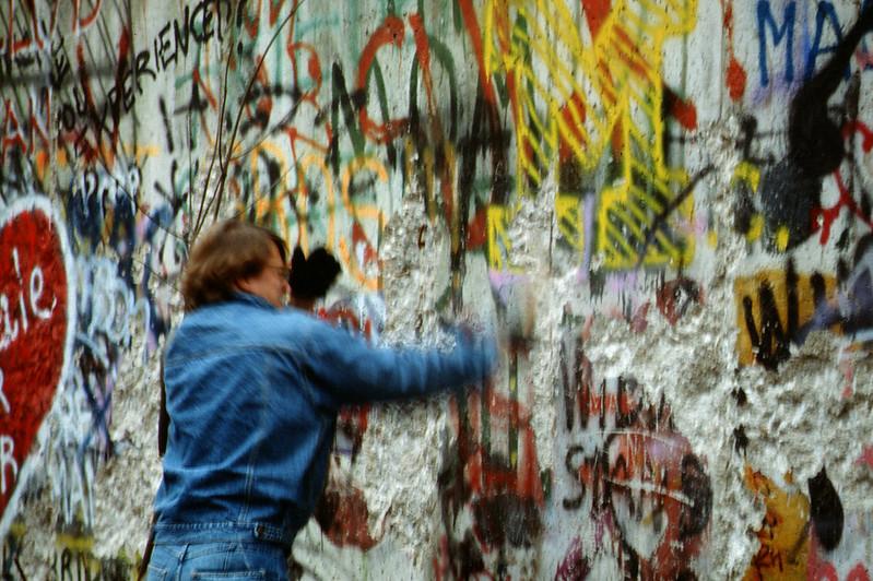 A fal megbontása 1989 novemberében (forrás)