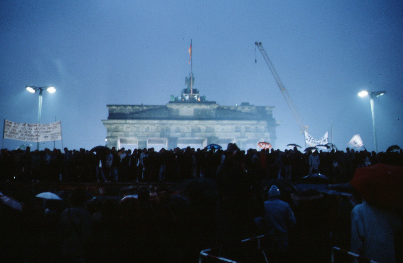 Az ünneplő tömeg a Brandenburgi kapunál, 1989. november (forrás)