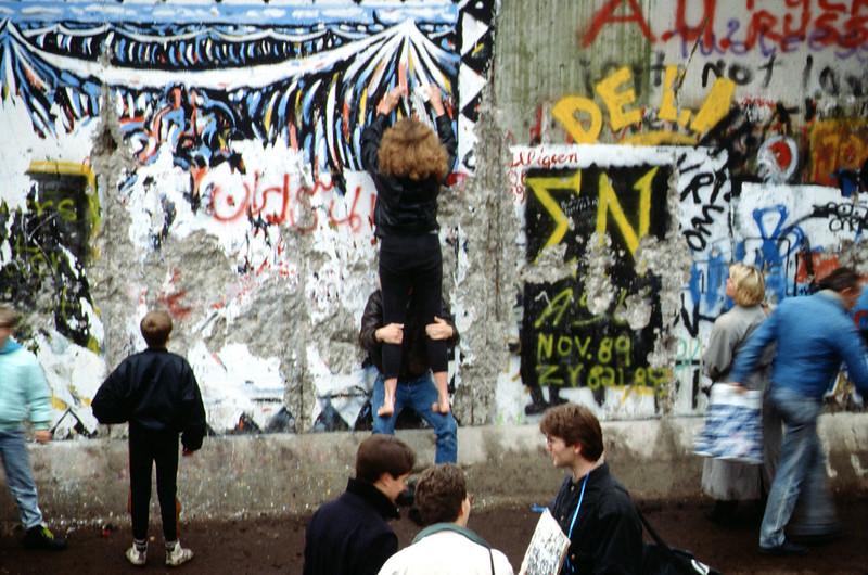 Készül a fal dekorációja a nyugati oldalon, 1989. november (forrás)