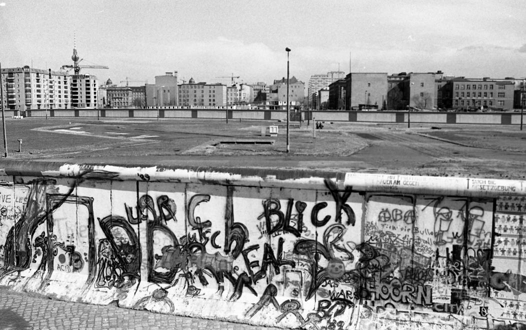 1988. Németország, Berlin a Berlini Fal a Potsdamer Platz felől a Leipziger Platz felé nézve.<br />FORTEPAN / adományozó: Urbán Tamás