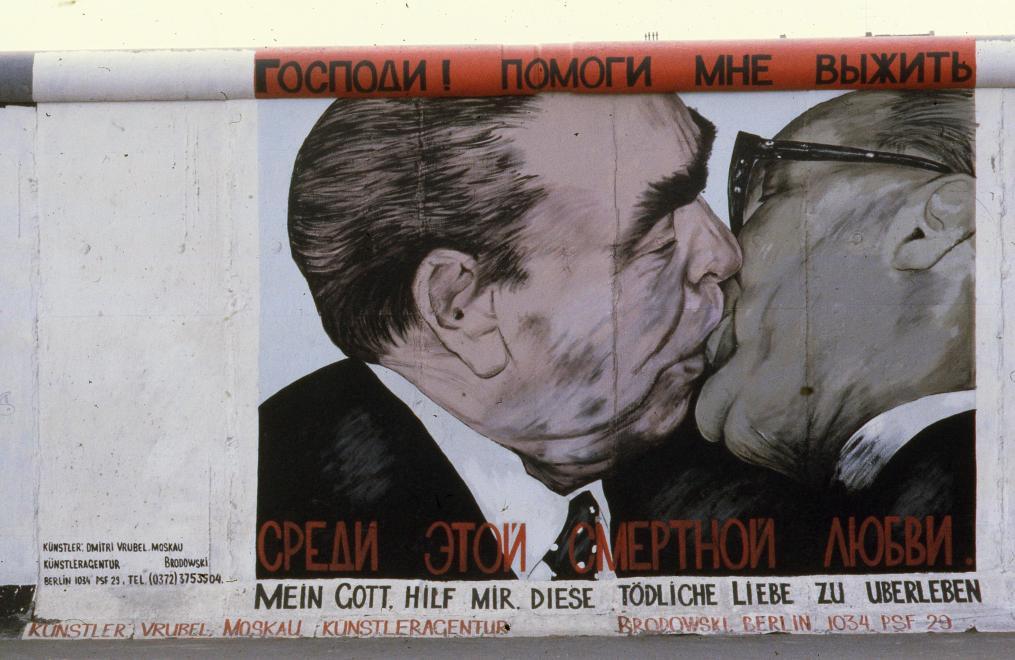 1990. Németország, Berlin Mühlenstrasse, Berlini Fal (East Side Gallery) a Hedwig-Wachenheim-Strasse-val szemben. Dmitri Vrubel alkotása: Mein Gott hilf mir, diese tödliche Liebe zu überleben (Istenem segíts, hogy túléljem ezt a halálos szerelmet).<br />FORTEPAN / adományozó: Urbán Tamás