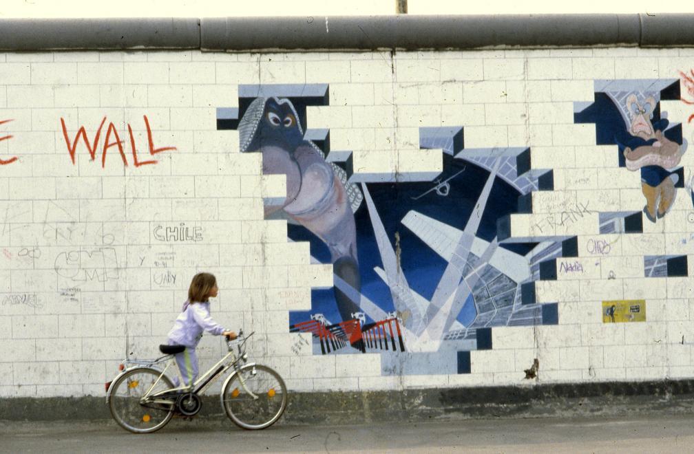 1990. Németország, Berlin Mühlenstrasse, Berlini Fal (East Side Gallery), Lance Keller alkotása: The Wall.<br />FORTEPAN / adományozó: Urbán Tamás