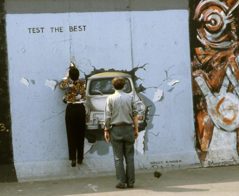 1990. Németország, Berlin Mühlenstrasse, a Berlini Fal (East Side Gallery), Birgit Kinder alkotása: Test the Best.