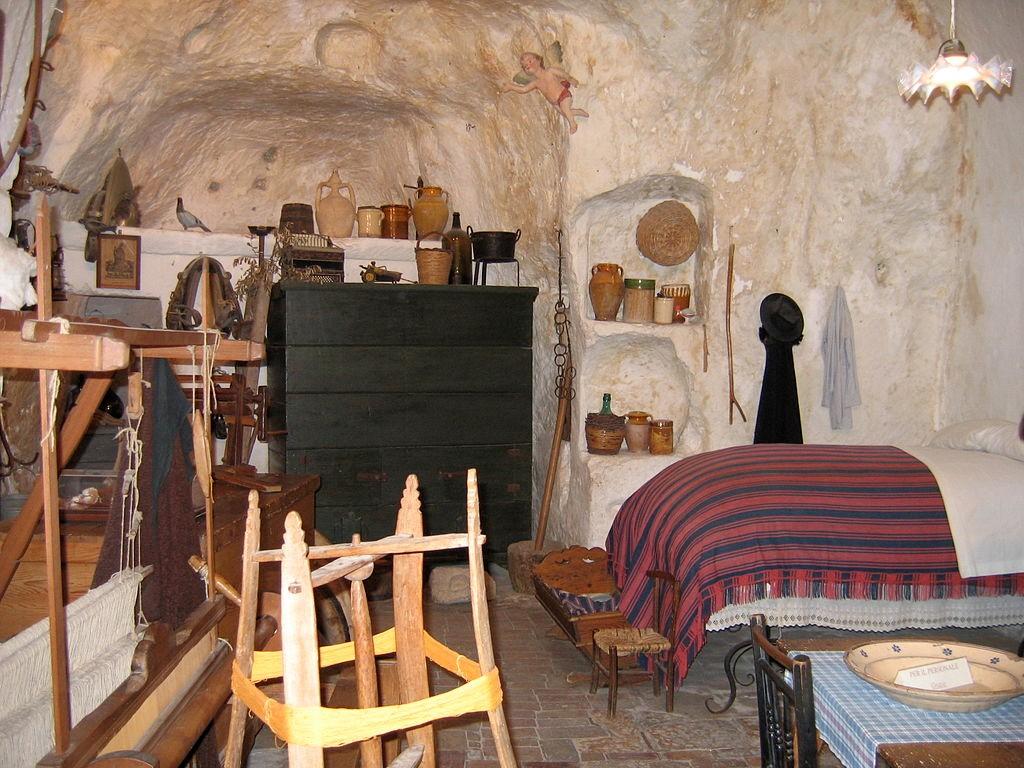 Egy barlanglakás <br />Fotó: https://hu.wikipedia.org/wiki/Matera#/media/File:IMGMater_1729_-_Matera,_Casa_Grotta.jpg
