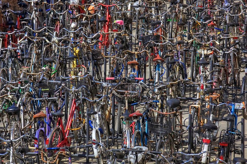 Bicikliparkoló Bolognában (IT)