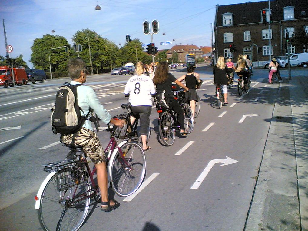Kerékpársávok külön lámpával Koppenhága belvárosában (DK)