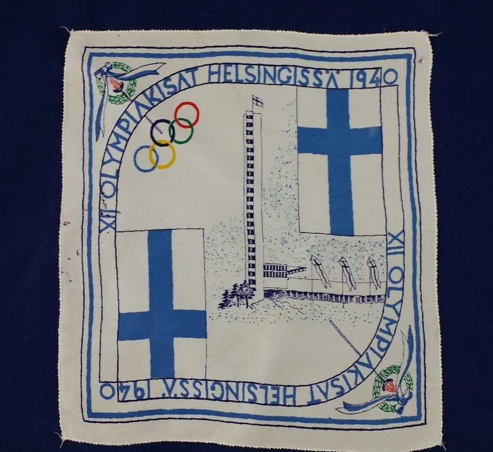 Selyem olimpiai zsebkendő az 1940-es helsinki nyári olimpiáról, amelyet nem rendeztek meg. (NOC*NSF); közkincs