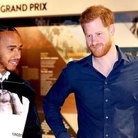 Harry herceg Lewis Hamiltonnal furikázott