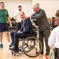 Kerekesszékes kosárlabdát játszott Vilmos herceg, Károly segített neki