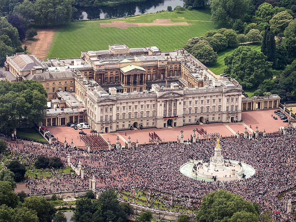 1024px-buckingham_palace_aerial_view_2016_cropped.jpg