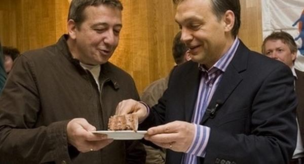 bayer_zsolt_orban_viktor_fidesz_elnok_magyar_hirlap_ujsagiro_torta-qpr.jpg