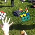 3 Rubik kocka kirakása zsonglőrködés közben