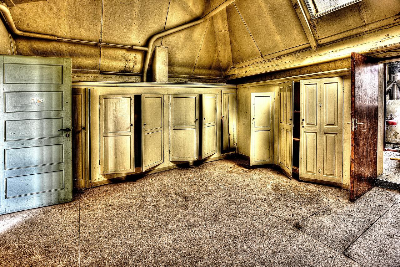 cabinets-426385_1280.jpg