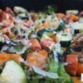 Egyszerű és gyors vacsi: tepsis sült zöldségek virslivel