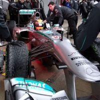 Hamilton és a Mercedes zárt az élen az esőben