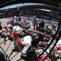 A McLaren-főnök figyelmeztette Hamiltont, Sam Michael fejét követelik a rajongók