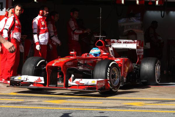 Alonso Ferrari garazs Barc_r600.jpg
