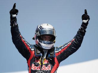 Sebastian Vettel két mutatóujjal ünnepel