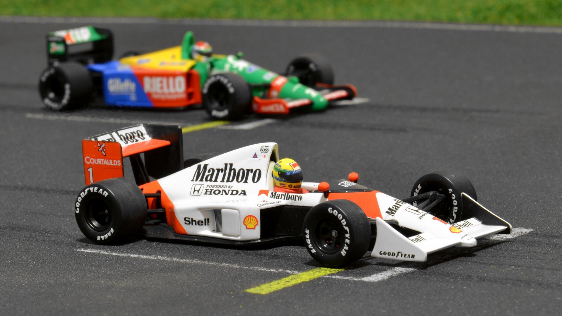 Ismét egy Benetton, ezúttal a B189-es bújik meg az MP4/5-ös mögött.