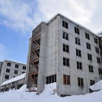 Alaszkai szellemváros a 14 emeletes Faluház mellett
