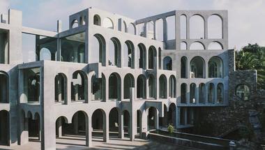 A szobrász szürreális labirintusháza