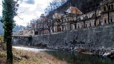 Sorra dőlnek össze Herkulesfürdő világhírű palotái