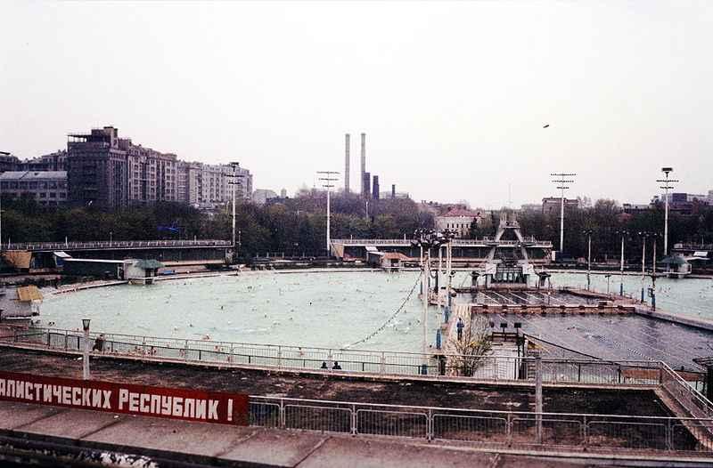 800px-Schwimmbad_Moskwa.jpg