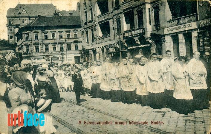 Úrnapi ferences körmenet az irgalmasok bérháza előtt. (Fotó: Urbface.com)