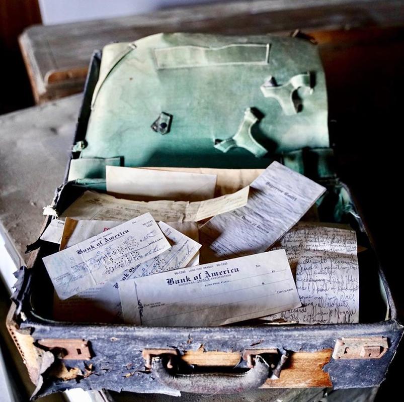 Az a bizonyos fecnikkel telezsúfolt bőrönd. (Fotó: Brent Underwood)