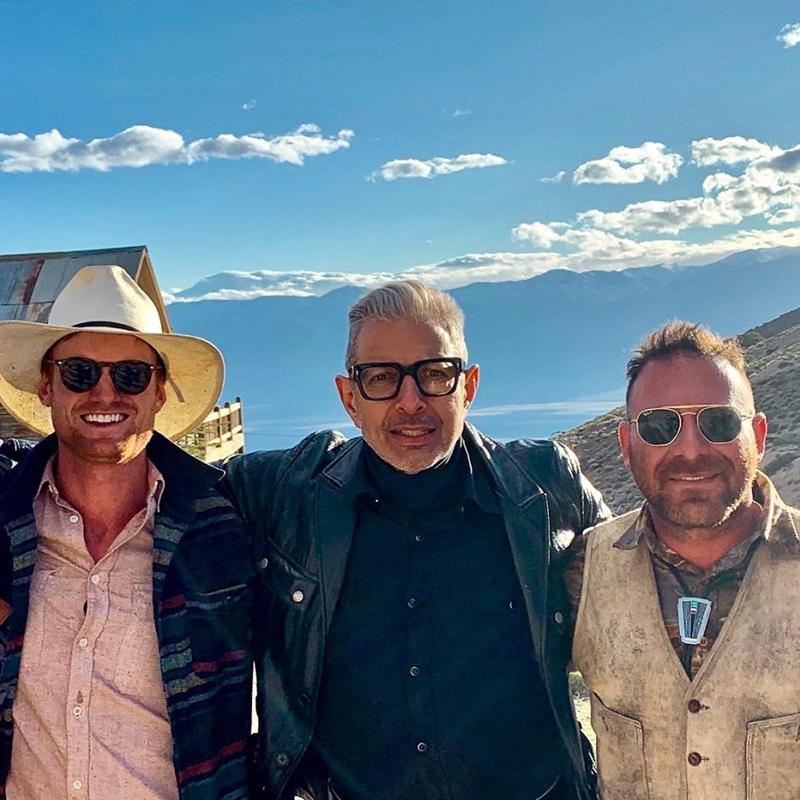 Jeff Goldblum amerikai színész 2019-ben kereste fel a szellemvárost, hogy megfelelő helyszínt találjon a 'a Jeff Goldblum szerint a világ' című Disney gyártotta dokumentumfilm-sorozat újabb epizódjának. Az Oscar-jelölt színész itt Brent Underwood várostulajdonossal közösen látható. (Fotó: Brent Underwood)