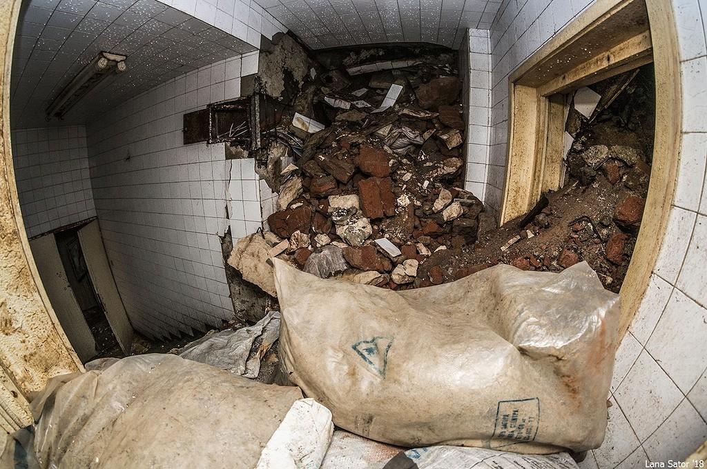 Lejárat a mauzóleumból a háromszintes bunkerbe. A lejáratot a felrobbantott sírhely törmeléke tömedékelte el. (Fotó: lana-sator.livejournal.com)