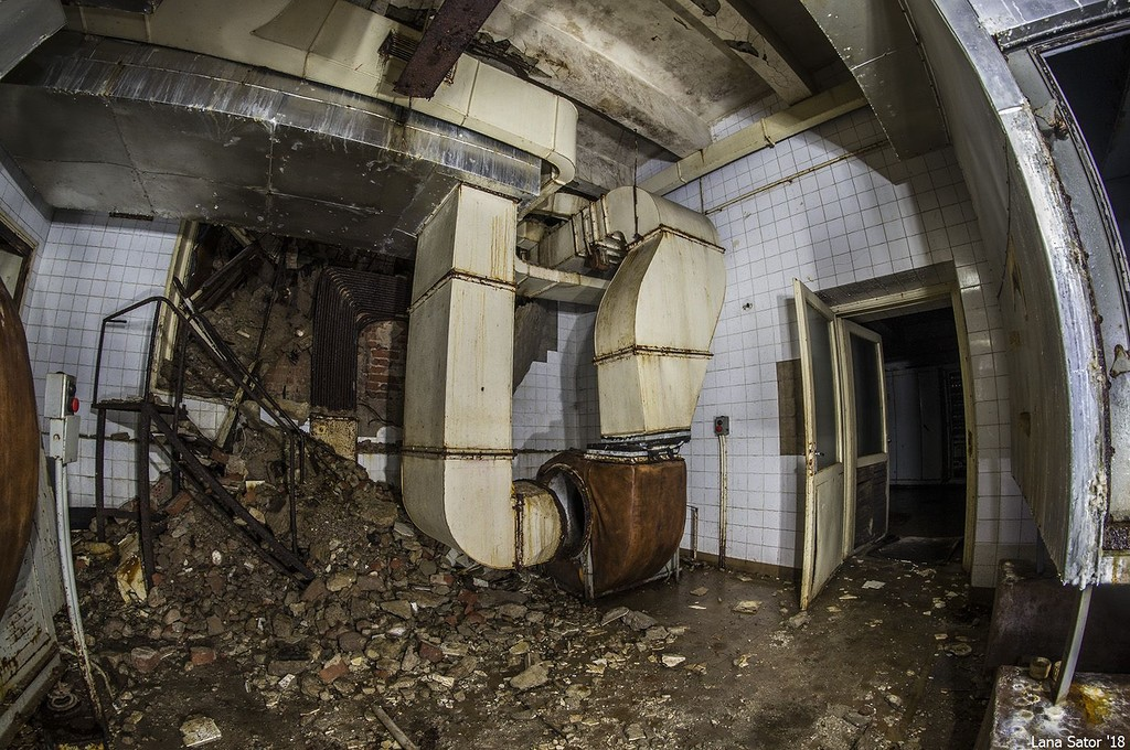 Az egykori mauzóleum fűtését-hűtését ellátó csövek egyike (Fotó: lana-sator.livejournal.com)