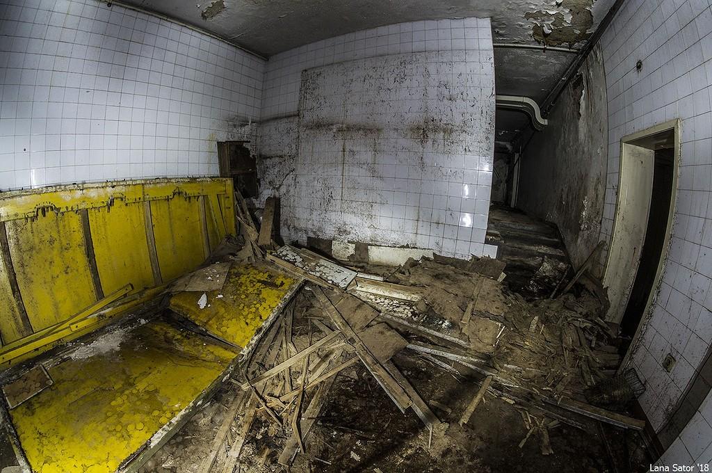 A mumifikáláshoz használatos egyik termet látjuk. Baloldalt az a sárga volt egykor a 300 literes kád, ahol Dimitrov évente nagyfürdőt vehetett (Fotó: lana-sator.livejournal.com)