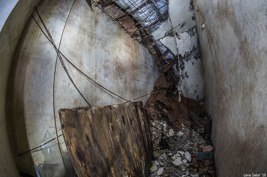 A bunker legfelső szintjén még életveszélyes közlekedni. (Fotó: lana-sator.livejournal.com)