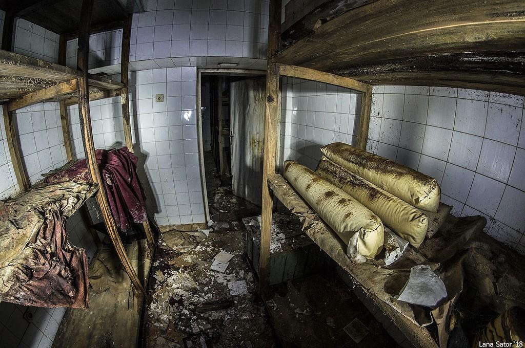 Ezek a vörös drapériák fénykorukban még a központi csarnokban lógtak (Fotó: lana-sator.livejournal.com)