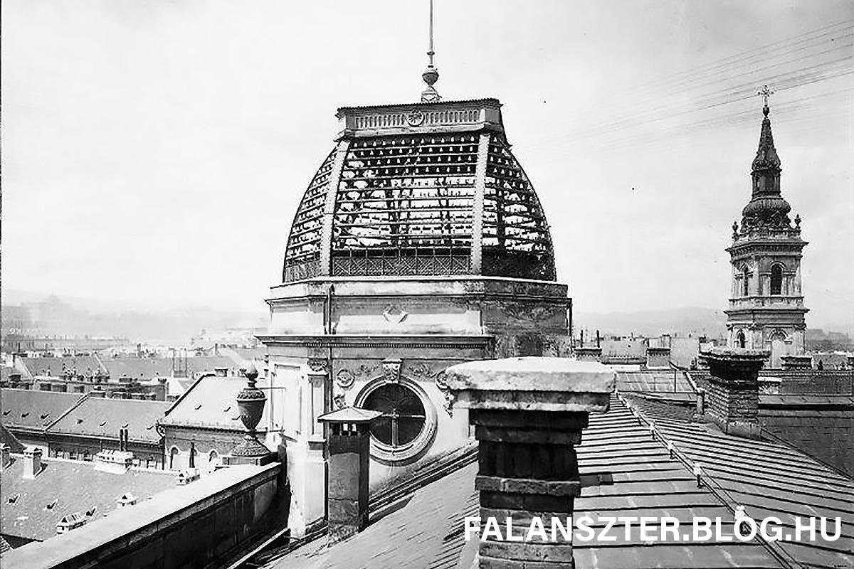 A Főposta egykori északi tornya. A háttérben a Szervita téri Szent Anna templom tornya. (Forrás: Falanszter.blog.hu)
