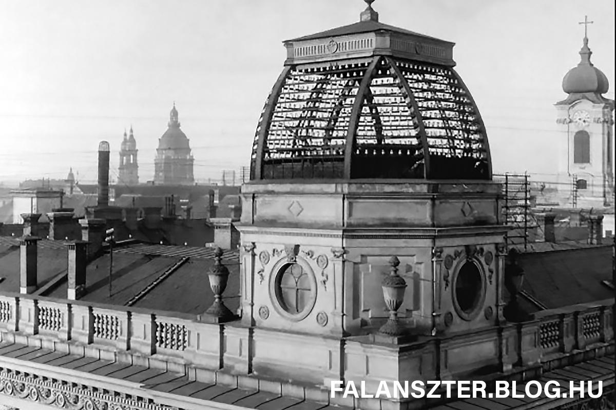 A Főposta egykori déli tornya. A háttérben jobboldalt a Városháza tornya, balra a Bazilika kontúrja. (Forrás: Falanszter.blog.hu)