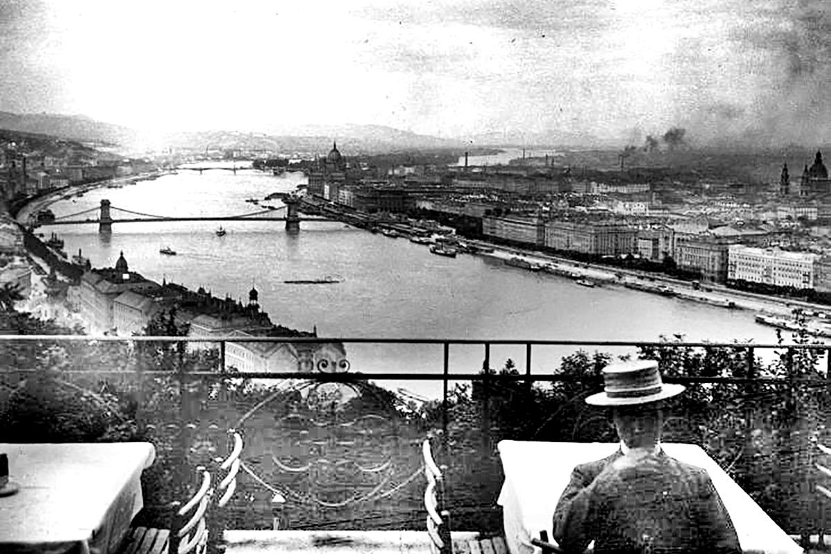 Az egykori Kioszk nagyobbik terasza. (Forrás: Falanszter.blog.hu)