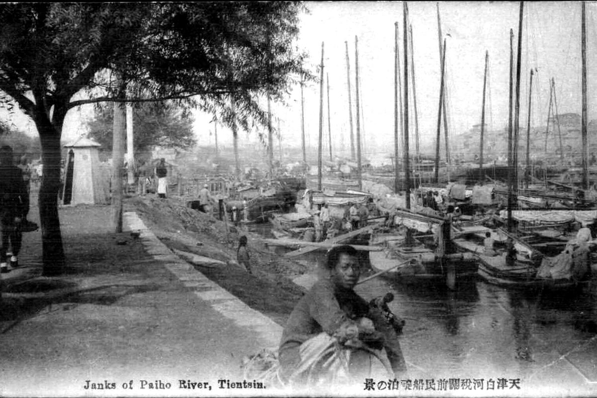 Még rendezetlen a táj 1901-ben. A hajók mögött csak ekkoriban vágnak bele az Osztrák-rakpart építésébe. (Tulajdonos: Falanszter.blog.hu)