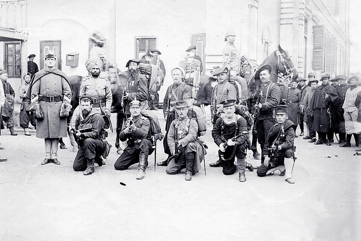 A Nyolc Nemzet Szövetsége, egy picivel már többen. Itt a guggoló sorban jobbról a második az osztrák-magyar matróz. (Forrás: Reddit.com)