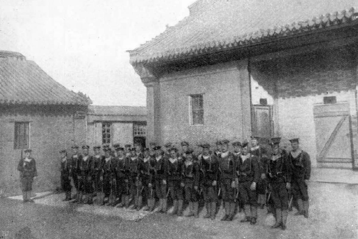 Osztrák-magyar tengerészgyalogosok a monarchia tiencsini gyarmatán az ideiglenes kaszárnyájuk előtt. (Fotó: Vasárnapi Újság)