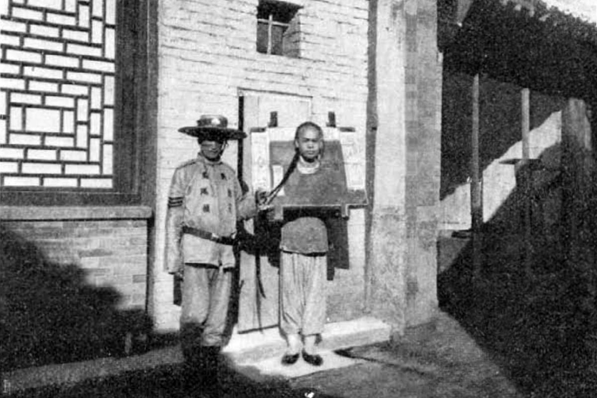 Egy OMM-es shimbó és egy kalodába fogott rab. (Fotó: Vasárnapi Újság)