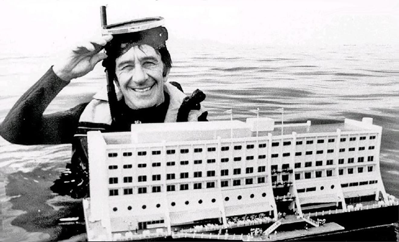 Doug Tarca és hajómodellje (Forrás: Messynessychic.com)