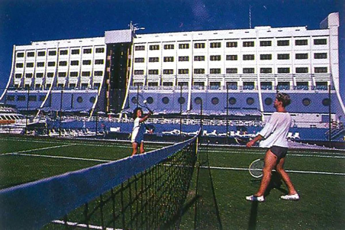 Újgazdahék teniszeznek a tengeren (Forrás: Barrier Reef Holdings)