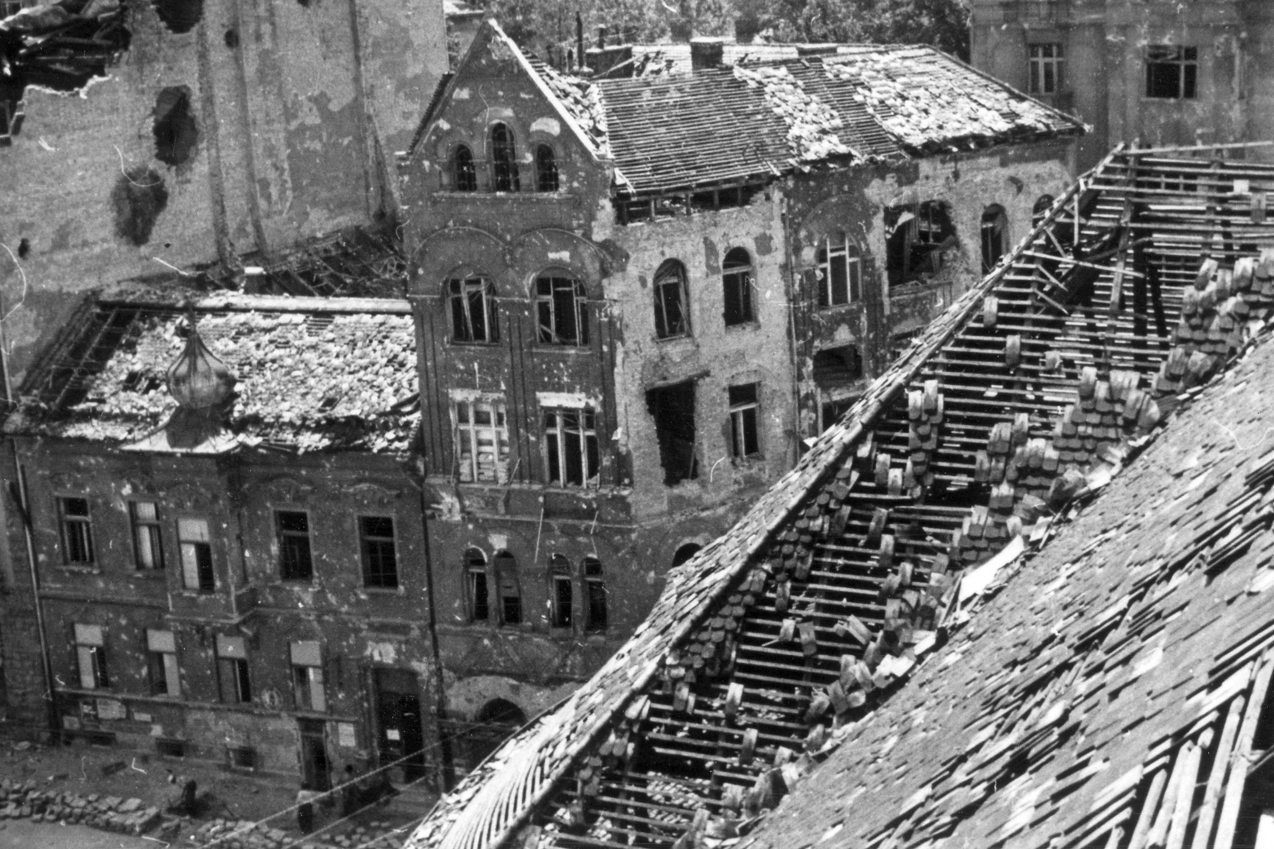 Az ostom alatt megsérült, de javítható állapotó Krisztina tér 8. számú hagymakupolás épület a kép bal alsó sarkában. (Fotó: Fortepan.hu/adományozó: dr. Kramer István, szerző: Kunszt János)