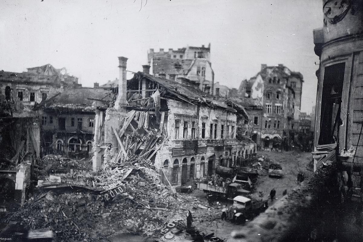 Az ostrom után elbontott Zöldfa Étterem. Mögötte félig takarásban a Krisztina tér 8. számú ház. (Fotó: Fortepan.hu/adományozó: Vörös Hadsereg)