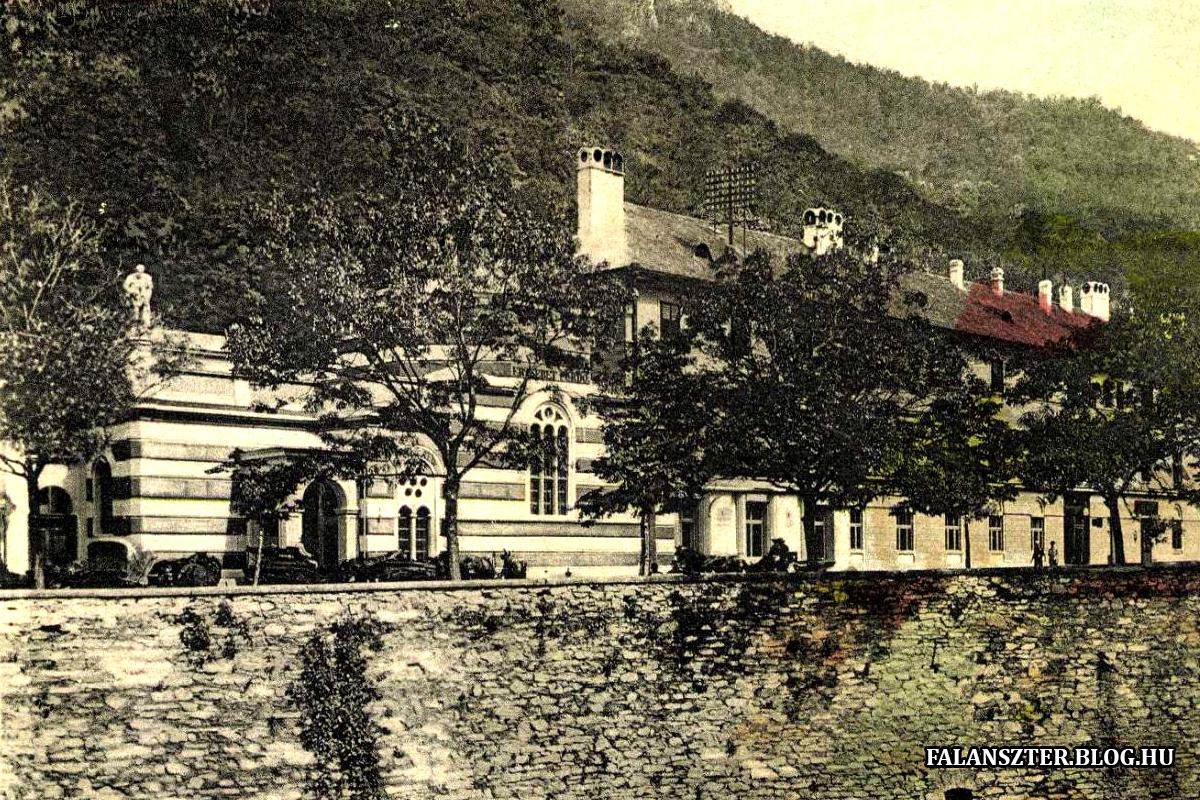 Az Erzsébet-fürdő a Cserna túlpartjáról lefotografálva. (Forrás: Falanszter.blog.hu)