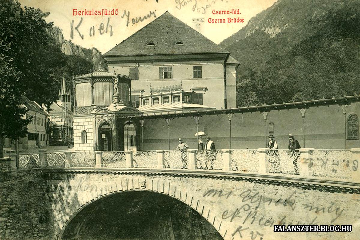 A Csernán átívelő kőhíd, rajta a Sarolta-fürdő fedett gyalogos átkelője. (Forrás: Falanszter.blog.hu)