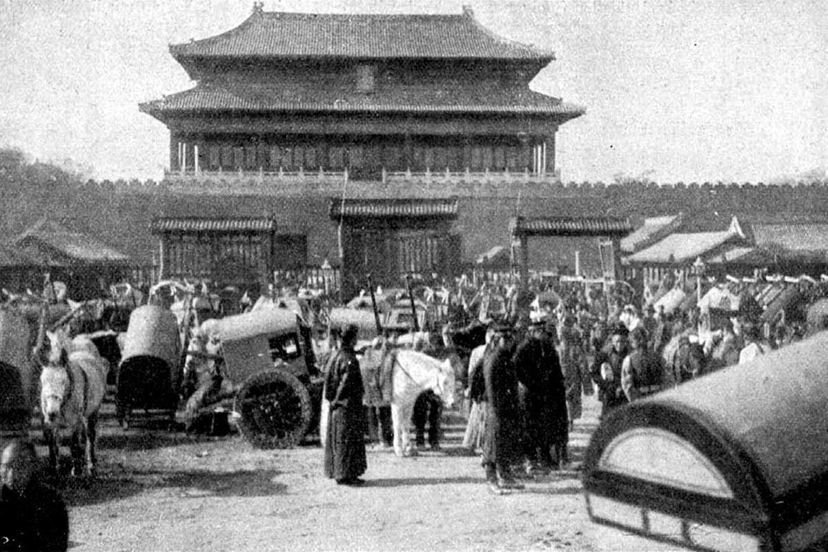 Pekingben kihirdetik Kuang-hszü császár halálát. (Fotó: Tolnai Világlapja)